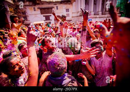 Menge werfen Pigment an Holi Festival, Durbar Square, Kathmandu, Nepal, Asien - Stockfoto