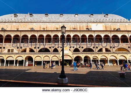 Piazza Delle Erbe Square, Palazzo della Ragione Rathaus, Padua, Venetien, Italien, Europa - Stockfoto