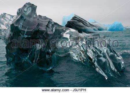 Einen großen Eisblock Skulpturen auf Jökulsárlón Lagune schwimmen. - Stockfoto