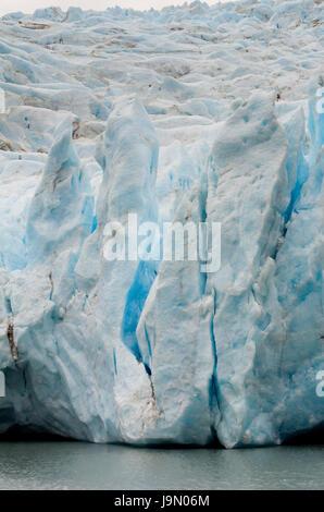 Schmelzender Gletscher gliedert sich in große Stücke, wo es das Wasser trifft. - Stockfoto