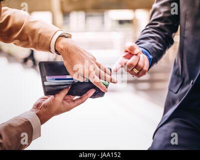 Geschäftsmann mit einer leeren Brieftasche. Konkurs. Business-Konzept. - Stockfoto