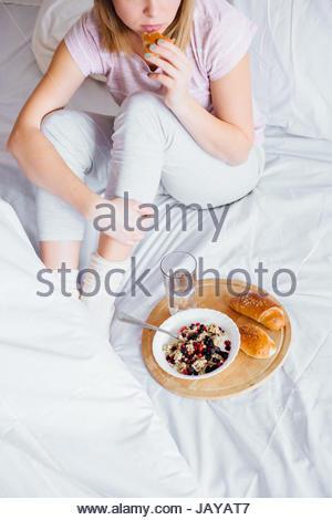 Junge blonde Frauen Frühstück im Bett - Stockfoto