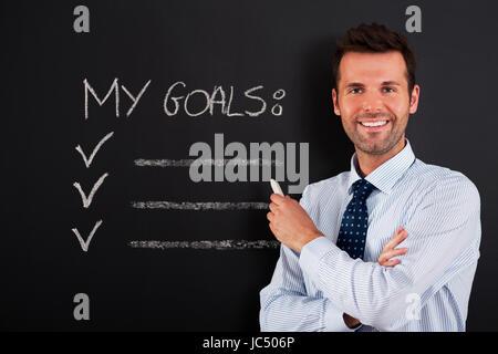Unternehmer ist bereit, seine Ziele zu schreiben - Stockfoto