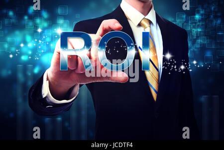 Geschäftsmann berühren ROI (Return-on-Investment) auf blauen Technologie Hintergrund - Stockfoto