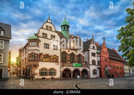 Altes Rathaus (Altes Rathaus) am Sonnenaufgang in Freiburg Im Breisgau, Baden-Württemberg, Deutschland - Stockfoto