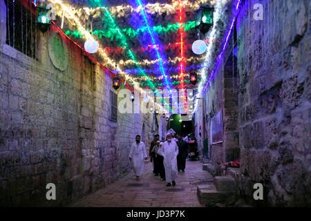 Die Palästinenser gehen entlang der Bab Hutta Gasse, die nach El Aqsa Moschee und der Tempelberg mit festlichen - Stockfoto