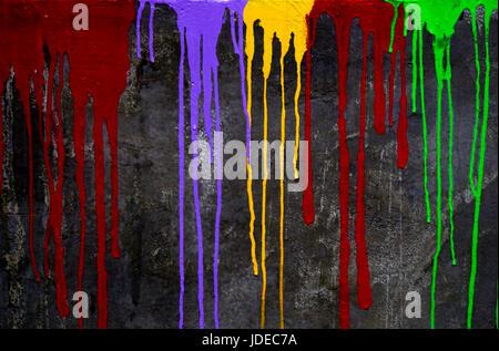 Farbe Farbe tropft eine schwarze Wand - Stockfoto