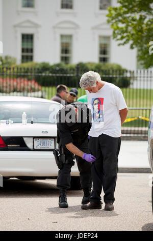 Umwelt-Aktivisten und Demonstranten verhaftet wegen zivilen Ungehorsams vor dem weißen Haus - Washington, DC USA - Stockfoto
