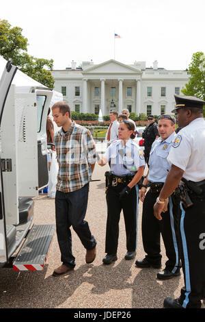 Polizei verhaftet Umwelt Demonstranten führte in Polizei-Transporter - Washington, DC USA - Stockfoto