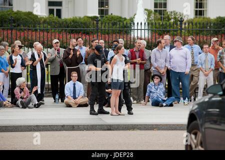 Weiblichen Umwelt-Aktivisten und Demonstranten verhaftet wegen zivilen Ungehorsams vor weißen Haus (Frau verhaftet, - Stockfoto