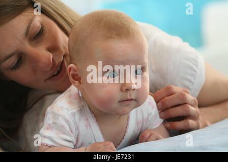Baby, 4 Monate, Mutter, kuscheln, fügen Sie Unterstützung, Abdominal-Position, gekleidet, Indoor, Lüge, Mädchen, - Stockfoto