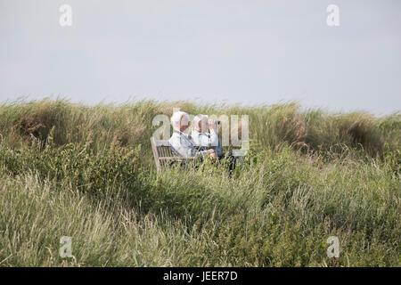 Vogelbeobachter am Titchwell Marsh, RSPB Nature Reserve, Titchwell, North Norfolk, UK, Juni 2017 - Stockfoto
