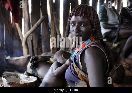 Frau, junge, Baby, Stamm Hamar, Stahlwerke, Omotal, Südäthiopien, - Stockfoto