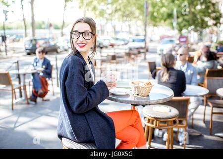Frau sitzt auf dem Café im freien - Stockfoto