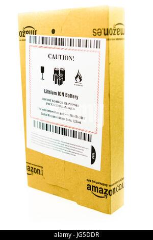 Paket von Amazon mit einem Aufkleber Warnung, dass das Paket einen Lithium-Ionen-Akku enthält, und nicht zu transportieren, - Stockfoto