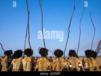 Dassanech Männer mit Leopardenfelle und Strauß Federn Perücken während Dimi Zeremonie feiern die Beschneidung von - Stockfoto