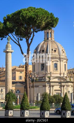 Trajans Spalte und Chiesa del Santissimo Nome di Maria al Foro Traiano, Trajan Forum, Rom, Italien - Stockfoto