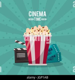 bunte Poster Kino Zeit mit Klappe und Tickets hinter das Popcorn in Nahaufnahme - Stockfoto