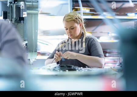 Weiblichen Lehrling Elektroingenieure Kabel Abschluss Fabrik - Stockfoto