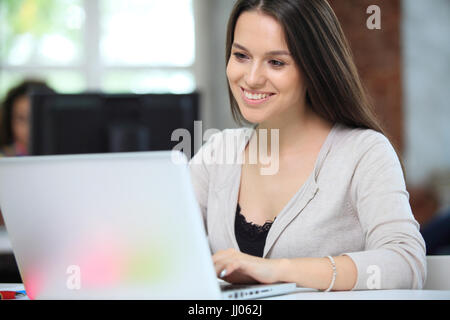Hipster Frau verwenden Laptop riesige Loft Studio.Student Erforschung Prozess Work.Young Team arbeiten kreative - Stockfoto