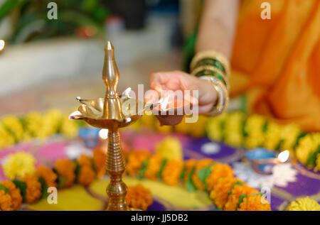 Indische Familie in traditionellen outfits feiern Diwali oder Deepavali, fest der Lichter zu Hause. - Stockfoto