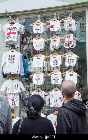 Kunden Brauen Lätzchen auf Kleiderbügeln außerhalb Shop angezeigt. - Stockfoto
