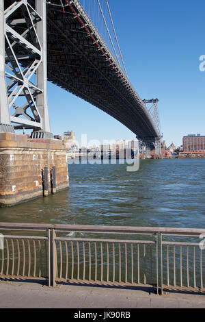 Unter die Williamsburg Bridge in Manhattan, New York, NY, USA im Jahr 2013. - Stockfoto