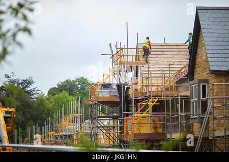 Dachdecker arbeiten an modernen großen Executive freistehende Villa Stil Häuser in Lancaster, Lancashire, England, - Stockfoto