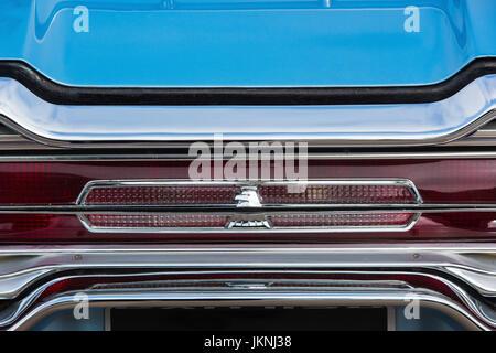 1966 Ford Thunderbird Heck geflügelte Abzeichen abstrakt. Klassische amerikanische T-Vogel-detail - Stockfoto