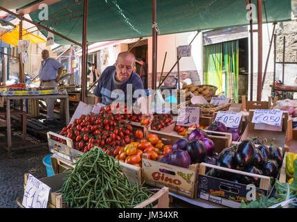 Obst und Egetable Stall in The Ballarò-Markt im Stadtteil Albergheria zentrale Palermo, Sizilien, Italien. - Stockfoto