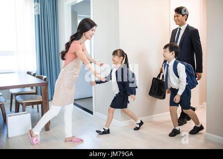 Chinesische Kinder kommen zurück von der Schule nach Hause - Stockfoto