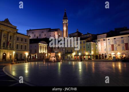 Tartini Platz Plaza in Piran Slowenien mit Rathaus, Tartini Statue, St.-Georgs Kirche mit Glockenturm, venezianischen - Stockfoto
