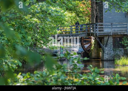 Vater und Sohn genießen Sie einen Nachmittag der Fischerei auf der alten Grist Mill am Stone Mountain Lake in Atlanta, - Stockfoto