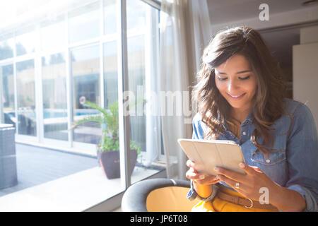 Mode Frau mit Tablet mit Sonnenstrahlen und Blendenfleck - Stockfoto