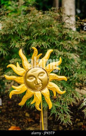 Garten Kunst in der Form der künstlerischen Form der Sonne vor dem hintergrund der grünen Laub gesetzt. - Stockfoto