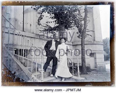 glücklich lächelnde paar auf der Treppe vor ihrem Haus 1910s 1920s - Stockfoto