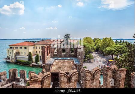Schöne Sicht auf die italienische Stadt Sirmione am Gardasee von der Festung an einem sonnigen Sommertag. Ein horizontaler - Stockfoto