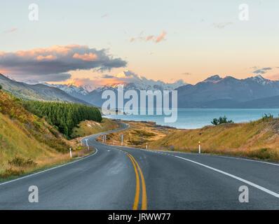 Straße mit Blick auf den Mount Cook, Sonnenuntergang, Lake Pukaki, Mount Cook Nationalpark, Südliche Alpen, Canterbury, - Stockfoto