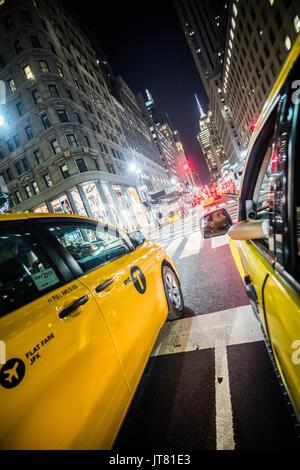 NEW YORK, USA - 17. Oktober 2016. In der breiten Ansicht vom Rücksitz eines Yellow Cab in New York, Manhattan. - Stockfoto