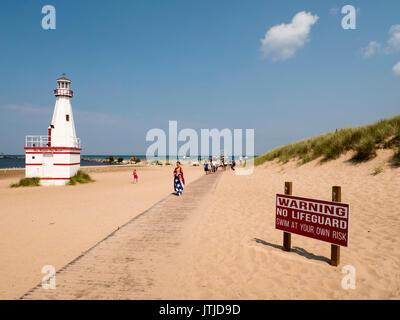 City Beach, New Buffalo, Michigan. Faux Leuchtturm und keine Rettungsschwimmer. - Stockfoto