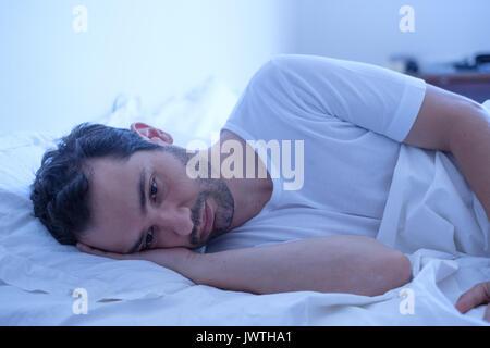 In dem Bestreben, Mann lag in seinem Bett und schlechte Gefühl - Stockfoto