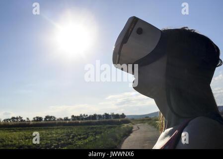 Junge, attraktive Frau mit VR-Googles (Model-freigegeben) - Stockfoto