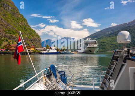 Hafen von Flam Dorf mit Schiffen, die in den Fjord, Norwegen - Stockfoto