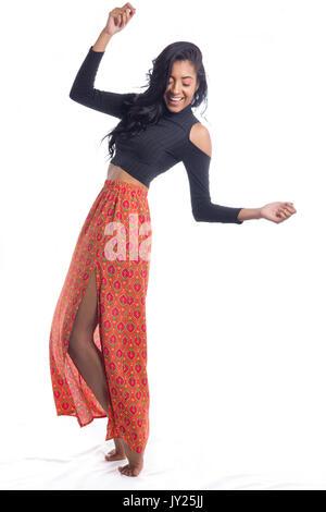 Frau ist unausgewogen, aber sie lächelt und hat Spaß. Volle Länge des brasilianischen Mädchens, gemischt ethnische - Stockfoto