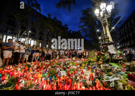 Barcelona, Spanien. 19 Aug, 2017. dpatop - Blumen in der Las Ramblas in Barcelona, Spanien, 19. August 2017. Mehrere - Stockfoto