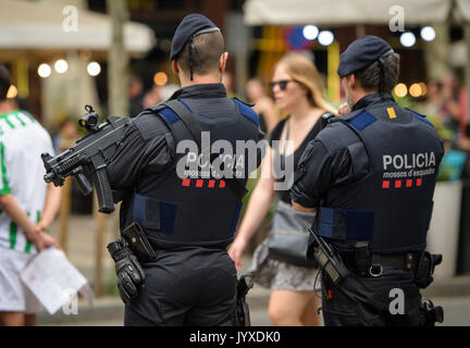 Barcelona, Spanien. 19 Aug, 2017. Bewaffnete Polizisten patrouillieren die Las Ramblas in Barcelona, Spanien, 19. - Stockfoto