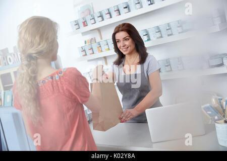 Weibliche Unternehmer, Einkaufstasche, Shopper in der Kunst Lackiererei - Stockfoto