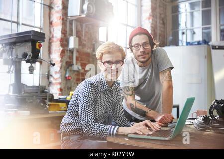 Portrait zuversichtlich Designer am Laptop arbeiten in der Werkstatt - Stockfoto