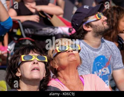 Los Angeles, USA. 21 Aug, 2017. Menschen Teil einer Sonnenfinsternis anzeigen Event an der Griffith Observatory - Stockfoto