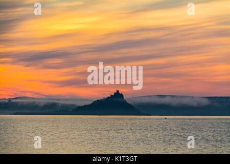 Penzance und Marazion, Cornwall, UK. 28. August 2017. UK Wetter. Am frühen Morgen Nebel begann bei Sonnenaufgang - Stockfoto